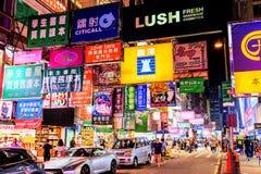 Señales de neón de la cartelera en Nathan Road, Hong Kong Foto de archivo libre de regalías