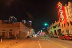 Señales de neón e iluminación urbanas, Paramount, Amarillo céntrica, Te Foto de archivo libre de regalías