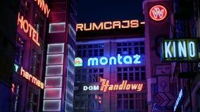 Señales de neón retras en ciudad polaca de la noche de la lengua almacen de metraje de vídeo