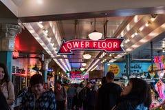 Señales de neón y gente dentro del mercado de Pike en Seattle, Washington, los E.E.U.U. imagenes de archivo