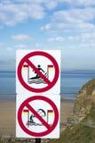 Señales de peligro grandes para las personas que practica surf en el ballybunion Imagenes de archivo