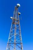 Señales de radio de los móviles de las comunicaciones TV de la torre fotos de archivo libres de regalías