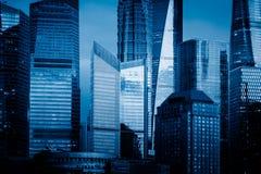 Señales de Shangai, grupo de edificios modernos del negocio imagen de archivo libre de regalías
