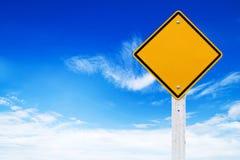 Señales de tráfico, advertencia amarilla del espacio en blanco con el fondo del cielo (trayectoria de recortes) Imagenes de archivo