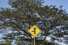 Señales de tráfico amarillas Fotos de archivo libres de regalías