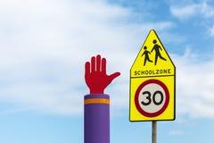 Señales de tráfico amonestadoras de la zona holandesa de la escuela contra un cielo azul Imágenes de archivo libres de regalías