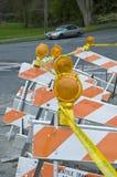 Señales de tráfico con la cinta del constrction Foto de archivo