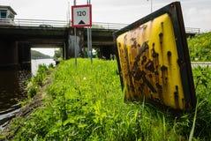 Señales de tráfico de agua en un puente Fotos de archivo libres de regalías