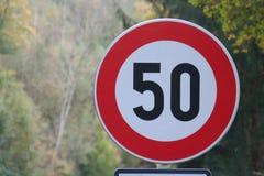 50 señales de tráfico del kilómetro, rojas y blancas, Europa Fotos de archivo