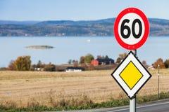 Señales de tráfico del límite de la carretera principal y de velocidad Imagen de archivo libre de regalías