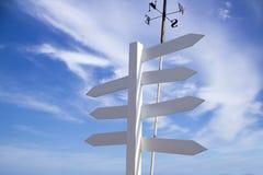 Señales de tráfico direccionales en blanco con el cielo azul Imagen de archivo
