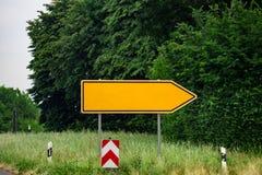 Señales de tráfico direccionales en blanco contra parque flechas del metal en Foto de archivo
