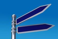 Señales de tráfico direccionales en blanco en cielo Imagen de archivo