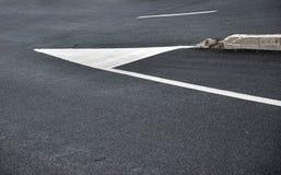 Señales de tráfico en el asfalto Fotos de archivo libres de regalías