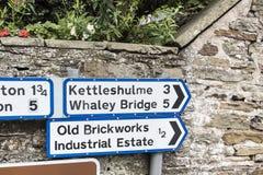 Señales de tráfico en el pequeño pueblo de Pott Shrigley, Cheshire, Inglaterra Imagenes de archivo