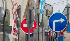Señales de tráfico en el surtido Imagenes de archivo