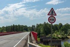 Señales de tráfico en la carretera Foto de archivo libre de regalías