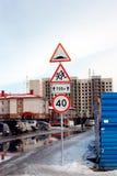 Señales de tráfico en la ciudad de la primavera Fotografía de archivo libre de regalías