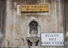 Señales de tráfico en una pared en Venecia foto de archivo libre de regalías