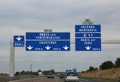 Señales de tráfico grandes en la carretera francesa ocupada de ir a París fotos de archivo
