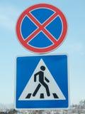 Señales de tráfico instaladas en un camino nevoso Imagen de archivo