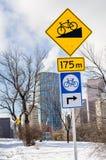 Señales de tráfico a lo largo de una trayectoria de la bicicleta en Sunny Winter Day imagen de archivo libre de regalías