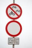 Señales de tráfico prohibidas a lo largo del acceso de la playa Fotografía de archivo
