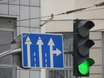 Señales de tráfico que indican la dirección del movimiento foto de archivo libre de regalías