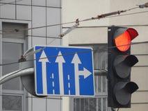 Señales de tráfico que indican la dirección del movimiento fotos de archivo