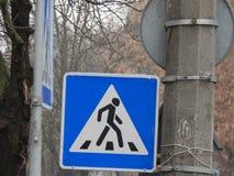 Señales de tráfico que indican la dirección del movimiento fotografía de archivo
