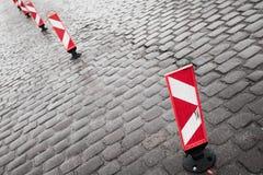 Señales de tráfico rayadas rojas y blancas verticales Fotografía de archivo
