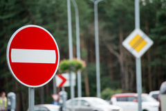 Señales de tráfico y líneas en el asfalto Fotos de archivo