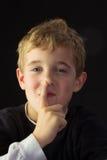 Señales de un muchacho de los jóvenes para la tranquilidad Fotos de archivo libres de regalías
