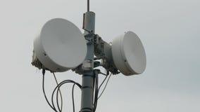 Señales del transmisor Sistema de la antena del repetidor de la telecomunicación Torre de comunicaciones de la antena de los medi almacen de metraje de vídeo