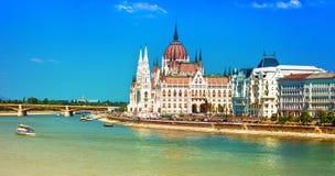 Señales europeas - el parlamento hermoso en Budapest, Hungría imagenes de archivo