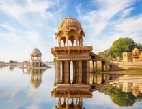 Señales indias - templo de Gadi Sagar en el lago Gadisar - Jaisalme Imagen de archivo libre de regalías