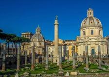 Señales y ruinas históricas en Roma, Italia imágenes de archivo libres de regalías