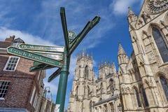 Señalice delante de la iglesia de monasterio de York, de la catedral gótica y de la señal turística importante de la ciudad de Yo Fotografía de archivo