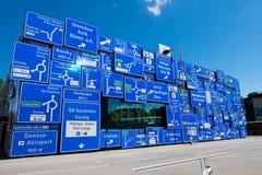 Señalice mostrar el nombre de calles y de ciudades en Suiza Imagenes de archivo