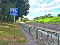 Señalice para que los ciclistas tengan cuidado para los peatones Imagenes de archivo