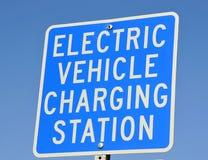 Señalización de carga del vehículo eléctrico Fotografía de archivo