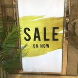 Señalización de la venta en ventana del shopfront fotos de archivo libres de regalías