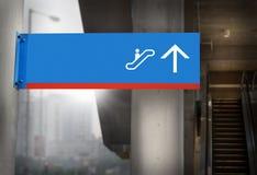 Señalización de las escaleras móviles Imágenes de archivo libres de regalías