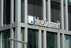 Señalización de los medios azules de la cumbre de la compañía alemana imagenes de archivo