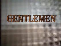 Señalización del cuarto de baño de los caballeros imagenes de archivo