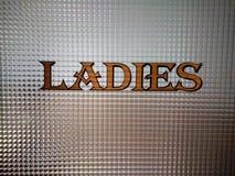 Señalización del lavabo de las señoras fotos de archivo