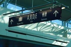Señalización del pasajero en terminal de aeropuerto de Portland imagenes de archivo