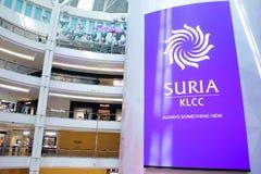 Señalización grande de la pantalla dentro de Suria KLCC que muestra el logotipo de Suria KLCC Fotografía de archivo