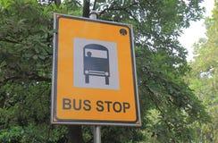 Señalización Nueva Deli la India de la parada de autobús imagenes de archivo