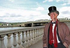 Señor elegante de la ciudad en el puente foto de archivo libre de regalías